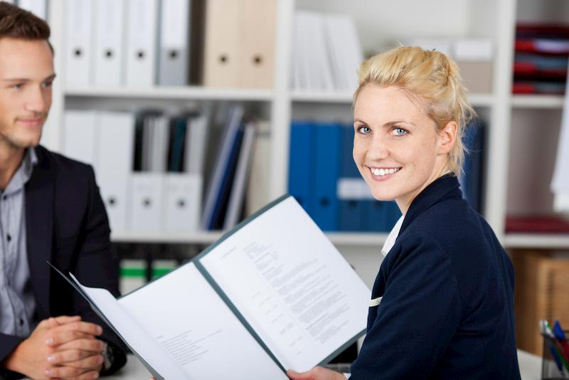 Ein Personaler erhält eine perfekte Bewerbung.
