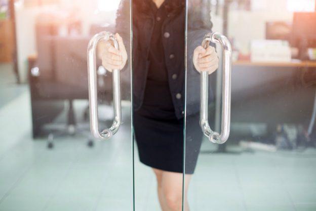 Frau öffnet Bürotür