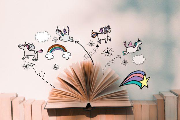 Fantasiefiguren fliegen zwischen den Seiten eines Buches umher.