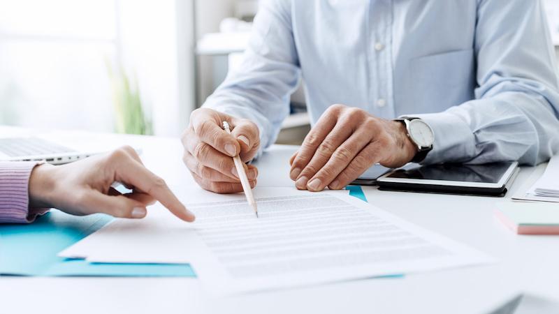 Zwei Person besprechen einen Arbeitsvertrag.