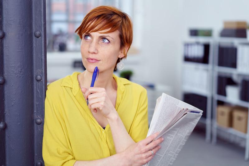 Frau findet schnell Arbeit über Stellenanzeige.