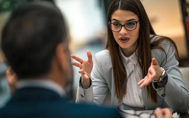 Frau und Mann diskutieren beruflich im Beurteilungsgespräch
