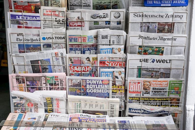 Internationale Tageszeitungen in einem Verkaufsgitter