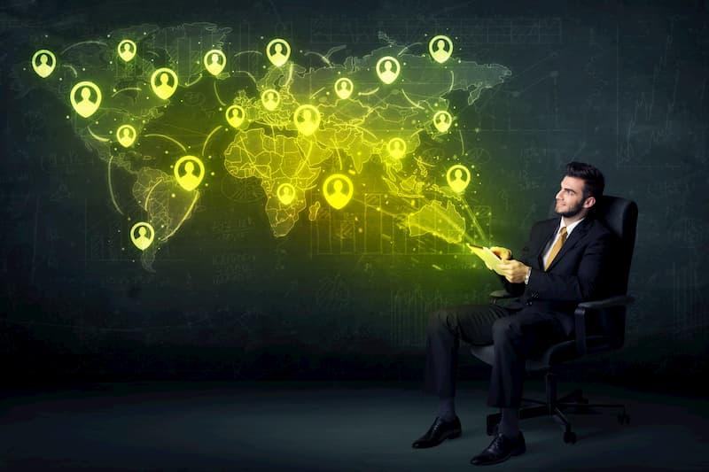 Ein Mann mit Blick auf eine virtuelle Weltkarte