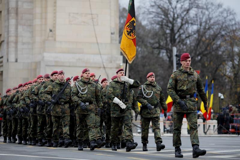 Einige Soldaten bei einem Marsch