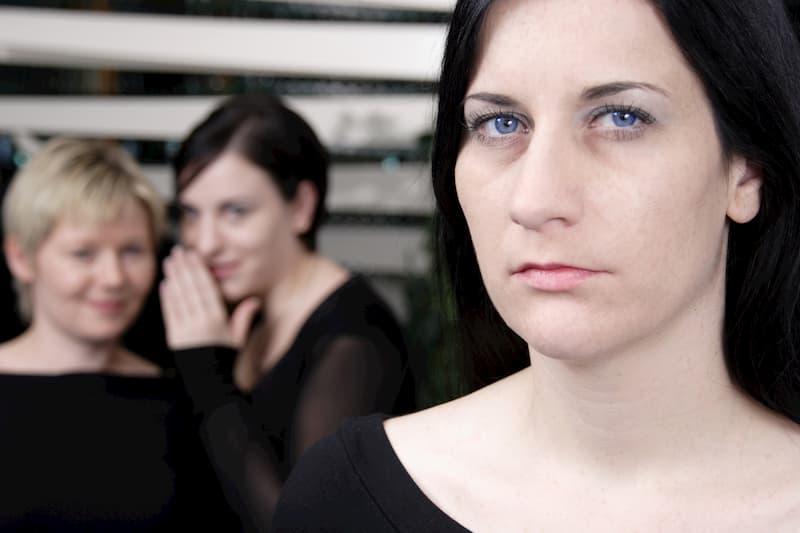 Zwei Frauen reden über eine weitere Frau