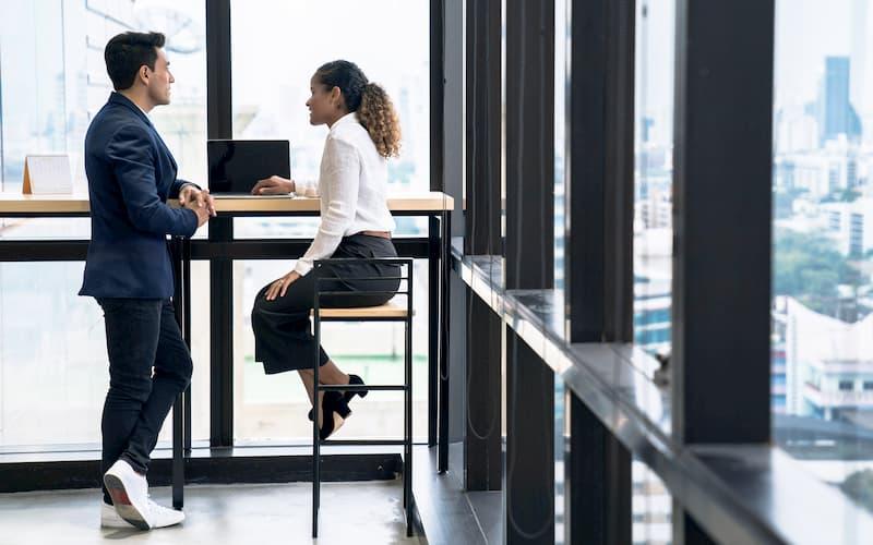 Eine Chefin führt ein Feedback-Gespräch mit Mitarbeiter