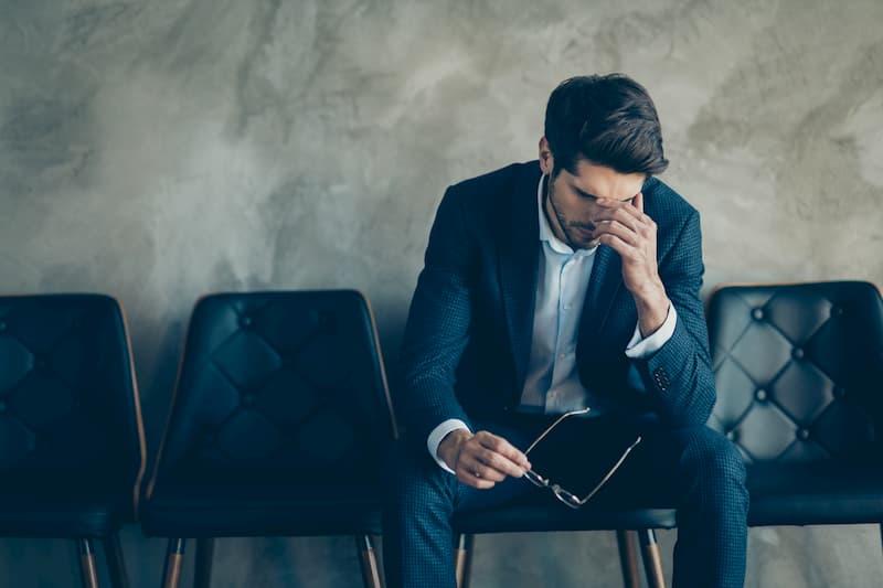 Ein Mann ist besorgt nach einer betriebsbedingten Kündigung
