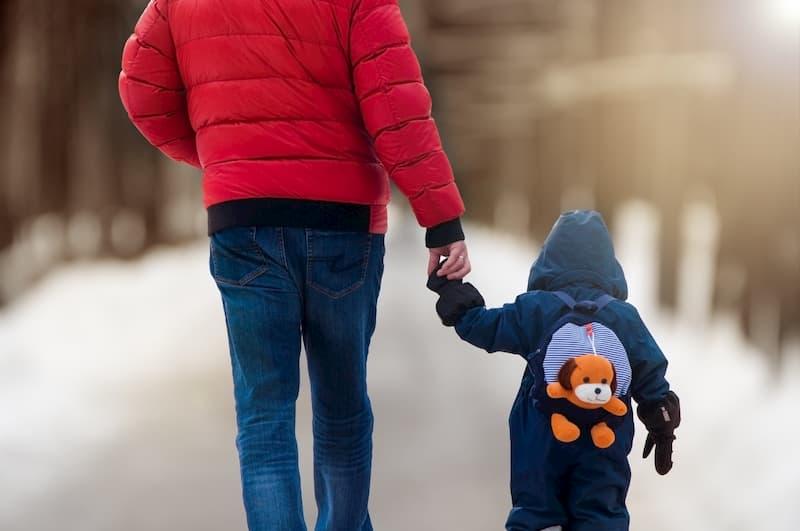 Ein Vater mit Kind auf einem Weg