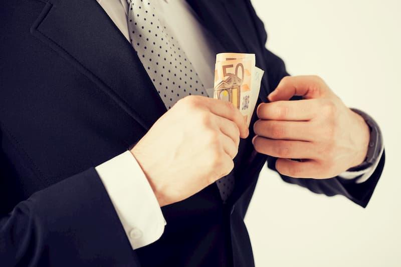 Ein Mann mit einer Bonuszahlung in der Hand
