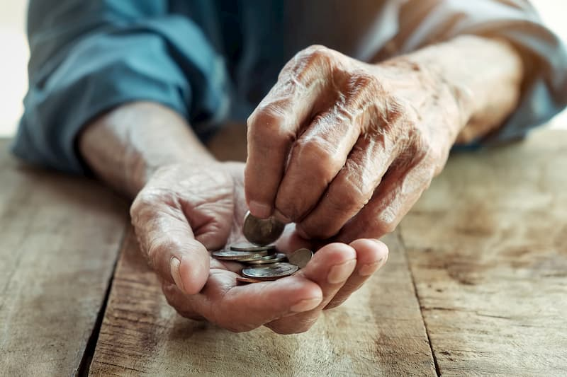 Wer der Altersarmut vorbeugt, muss später nicht auf das Kleingeld achten
