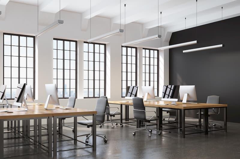 Mehrere Arbeitsplätze mit Computern in einem Büro mit Clean-Desk-Policy
