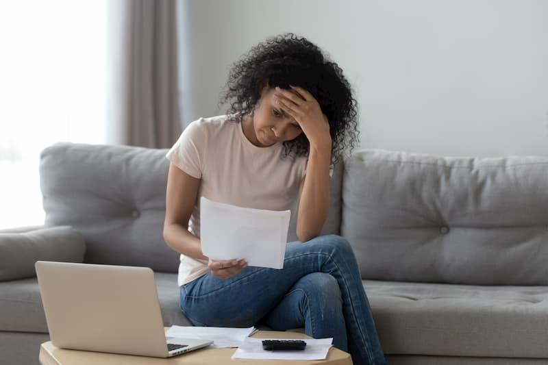 Um festzustellen, ob ihre Kündigung rechtens ist, durchschaut eine Frau ihre Unterlagen