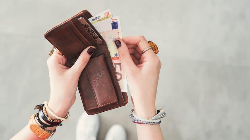 Eine Frau zählt ihr Geld, denn durch den Mindestlohn hat sie mehr in der Tasche