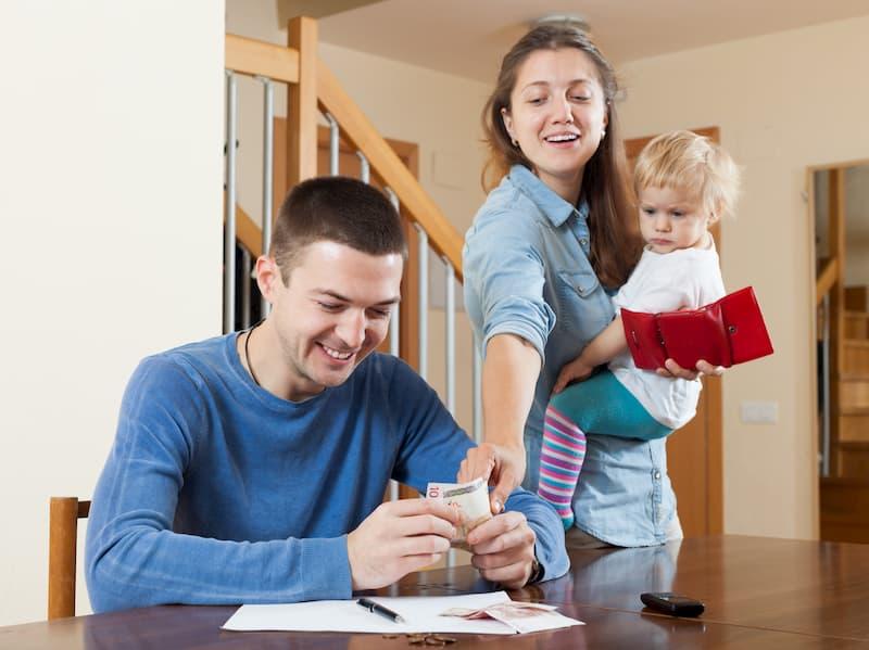 Eltern und ihr Kind freuen sich über das Elterngeld