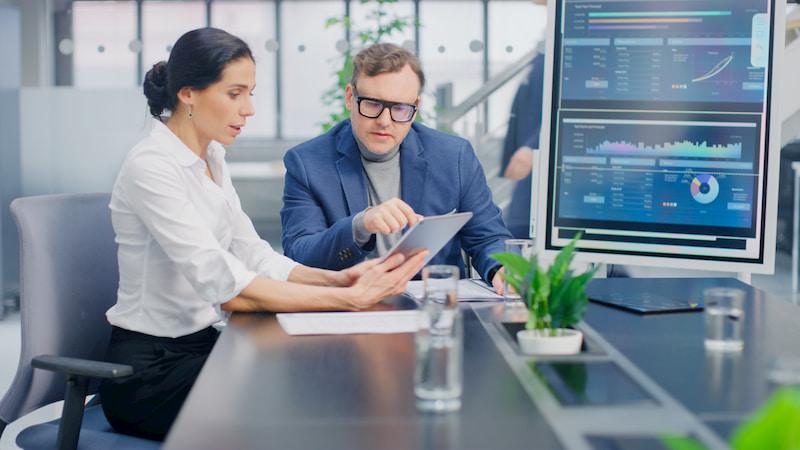 Zwei Führungspersonen nutzen eine neue Software im Rahmen der Digital Leadership