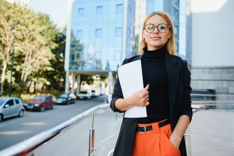 Eine Frau steht auf der Straße und hält ein qualifiziertes Arbeitszeugnis