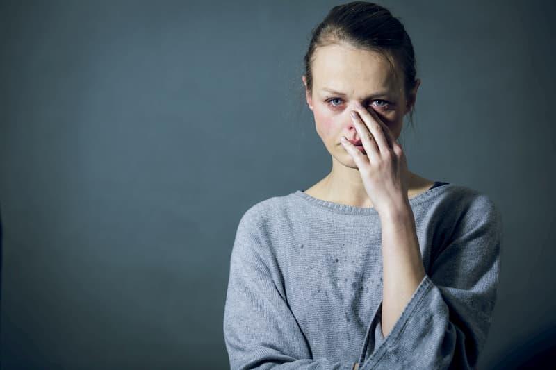 Eine Frau ist in einem schlechten Zustand nach einem Burnout