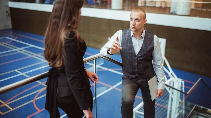 Ein Mann fragt bei seiner Chefin nach einem Gespräch zur Gehaltserhöhung