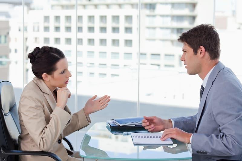 Ein Bewerber sitzt in einem Vorstellungsgespräch und nutzt den Anker-Effekt