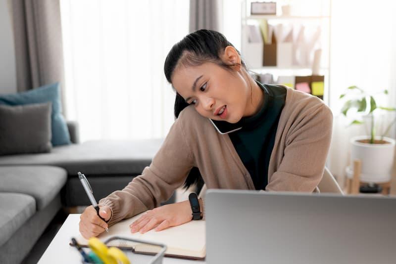 Eine Frau sitzt im Büro und notiert ihre Minusstunden