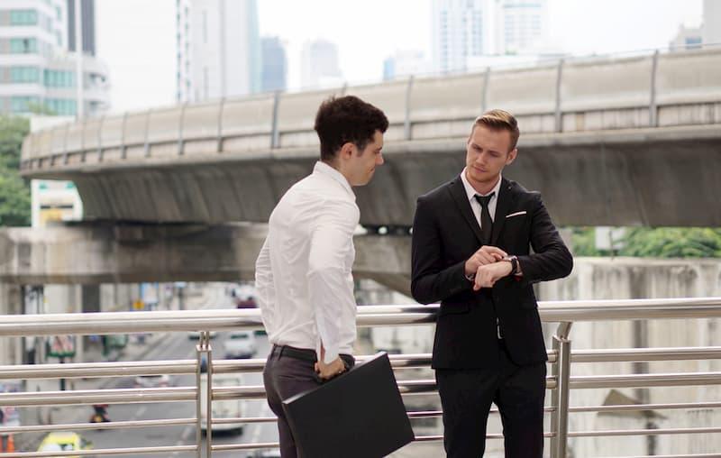 Ein Mann verspätet sich bei einem Geschäftstermin, dies kann Arbeitszeitbetrug sein