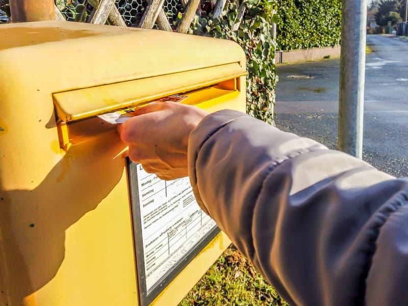 Ein Mann wirft seine fristgerechte Kündigung in den Briefkasten