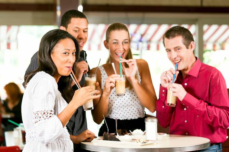 Aufgrund eines guten Betriebsklimas trinken Mitarbeiter zusammen Kaffee