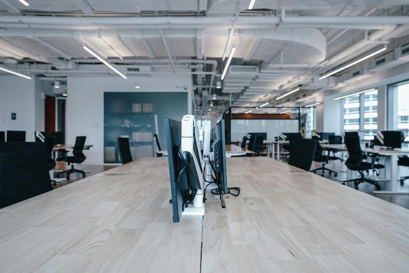 Ein modernes Büro mit einheitlichen Arbeitsplätzen. eine Form von Desk-Sharing
