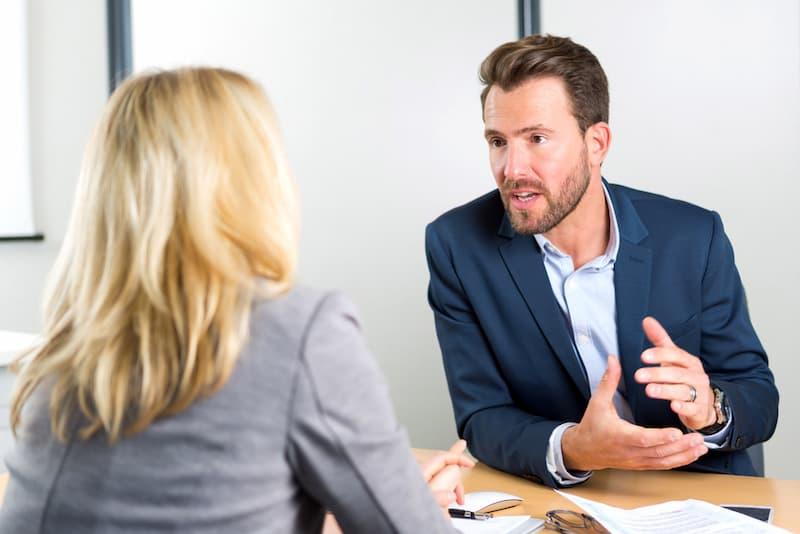 Ein Chef erteilt einer Mitarbeiterin eine Ermahnung