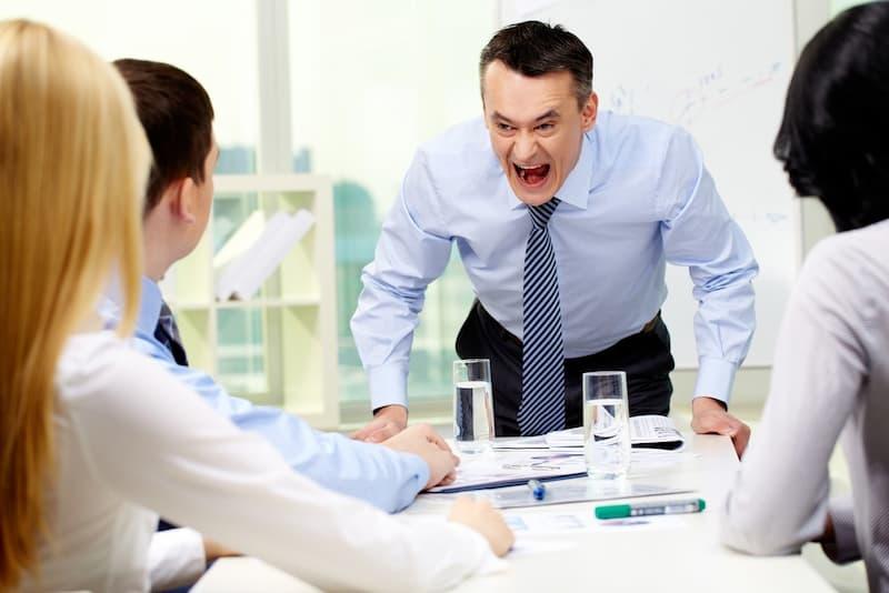 Ein Chef schreit seine Mitarbeiter an, es fallen Beleidigungen am Arbeitsplatz