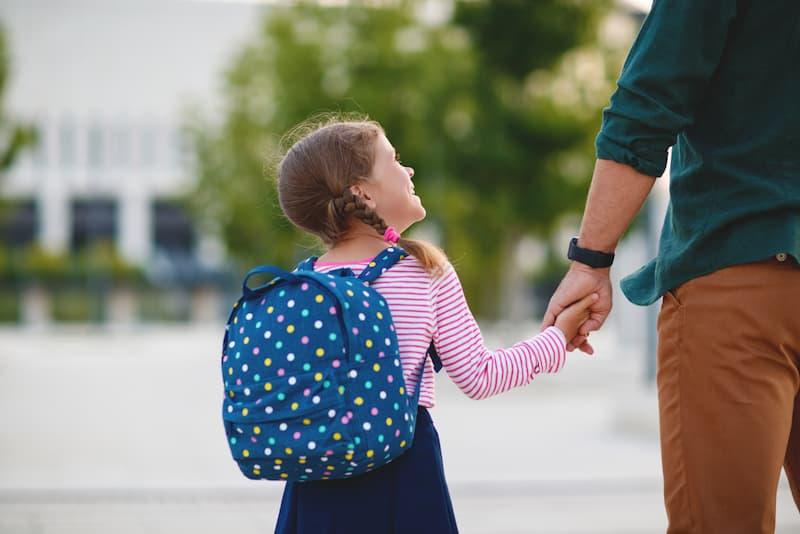 Ein Vater hat flexible Arbeitszeiten und kann deswegen problemlos seine Tochter zur Schule bringen