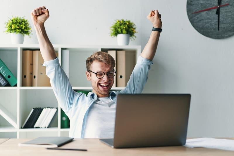 Ein Mann freut sich über einen beruflichen Quereinstieg nach einer Umschulung