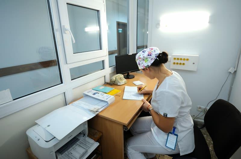 Eine Frau im Krankenhaus während der Nachtarbeit