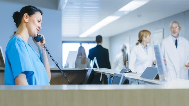 Eine Krankenpflegekraft telefoniert, der Job ist ein Beispiel für Schichtarbeit