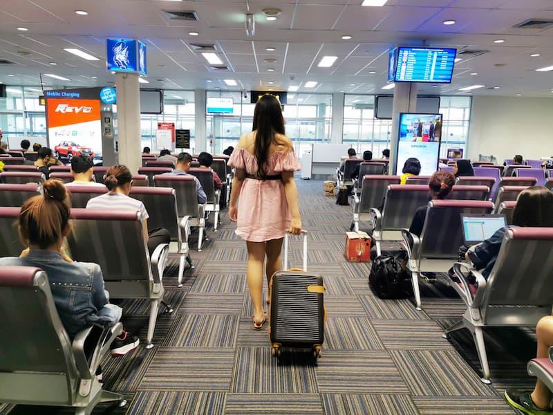 Eine Frau am Flughafen, sie hat für ihren Urlaub eine Urlaubsvertretung gefunden