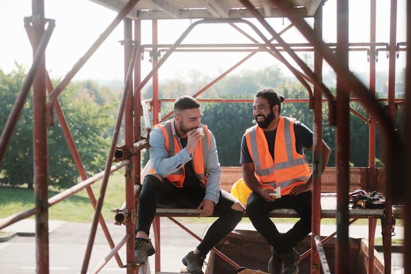 Welche Pausenregelung gilt für diese zwei Bauarbeiter, welche eine Pause machen?