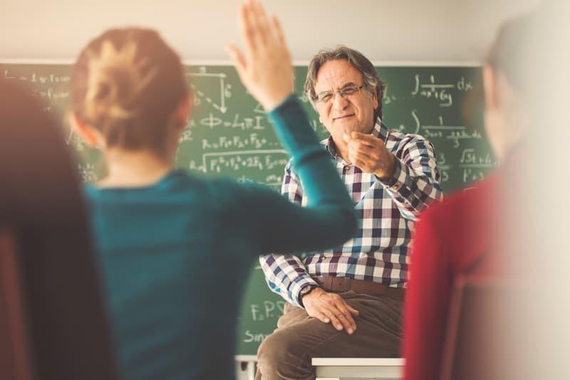 Ein Mann in der Schulklasse nach der Umschulung zum Lehrer