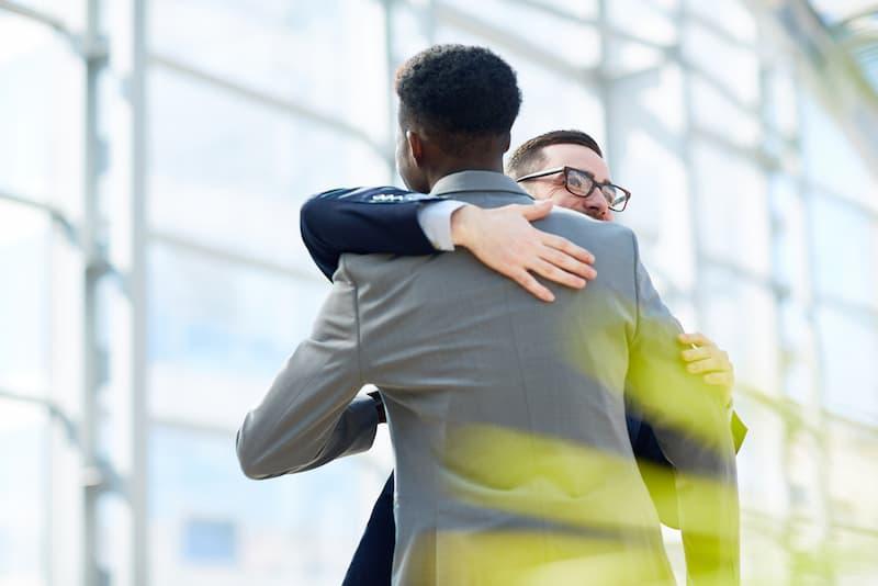 Ein Mann umarmt einen Kollegen, ein Zeichen von Empathie