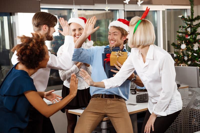 Ein Team im Büro erhält Weihnachtsgeld und feiert