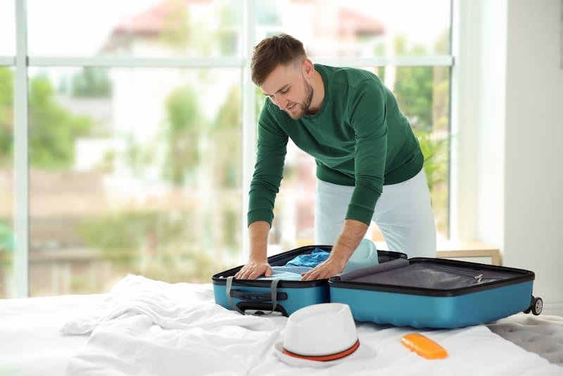 Ein Mann packt den Koffer, wieviel Mindesturlaub pro Jahr hat er?