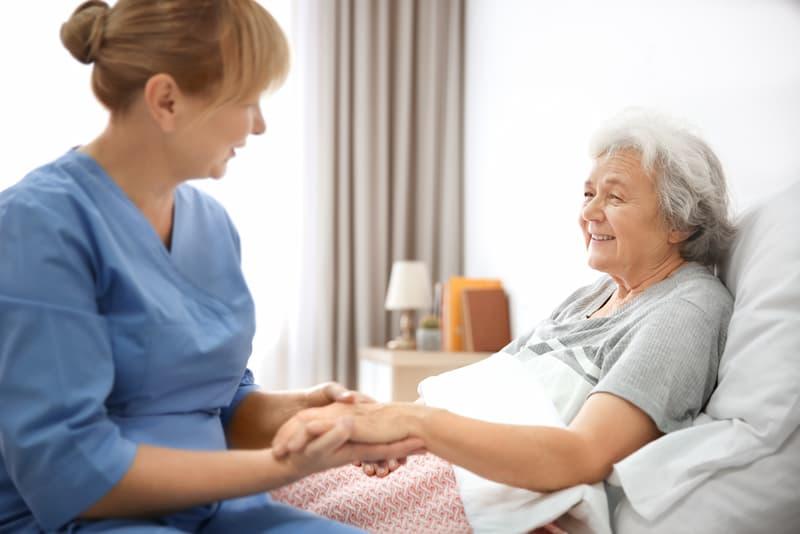 Eine Frau arbeitet in der Altenpflege, hier herrscht Fachkräftemangel