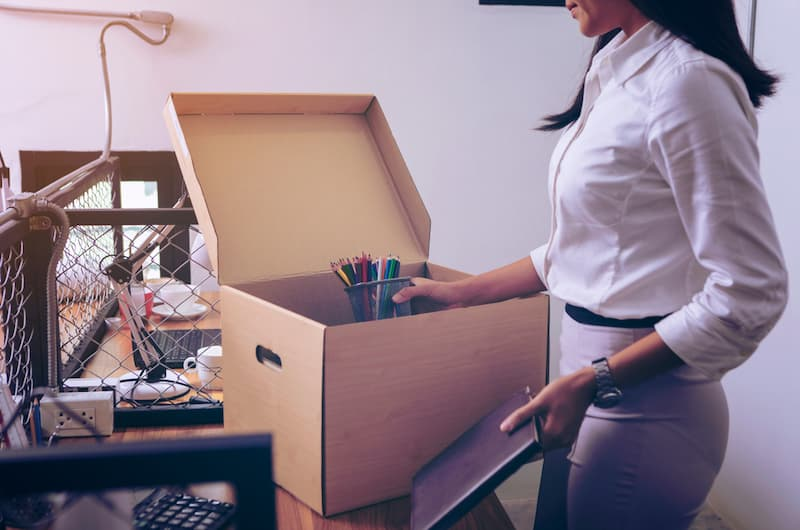 Eine Frau packt ihre Sachen nach der Freistellung