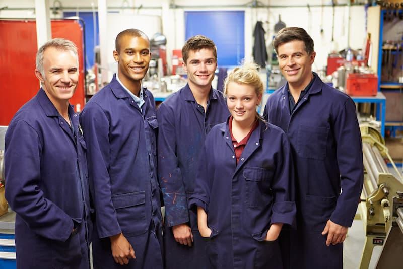 Mehrere glückliche Mitarbeiter, sie haben eine hohe Mitarbeiterzufriedenheit