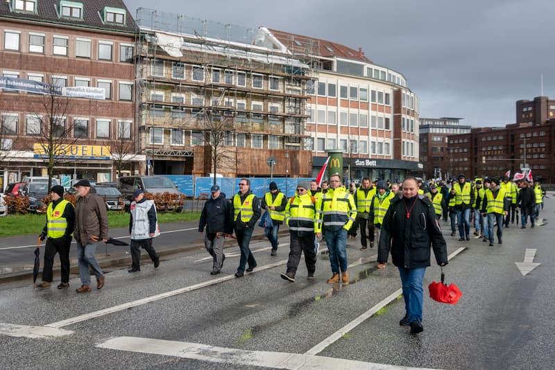 Mehrere Arbeiter bei einem Streik in Kiel