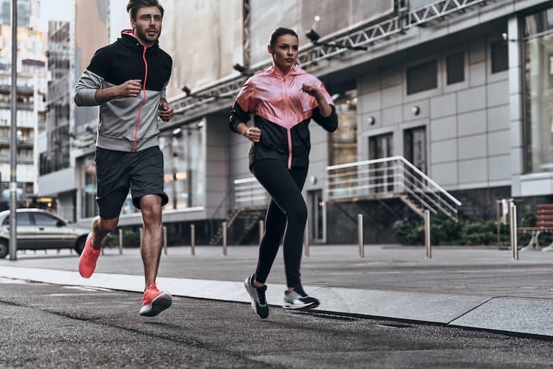 Zwei Menschen beim Laufen, sie üben so Disziplin