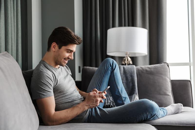 Ein Mann wartet Zuhause, er geht einer Arbeit auf Abruf nach