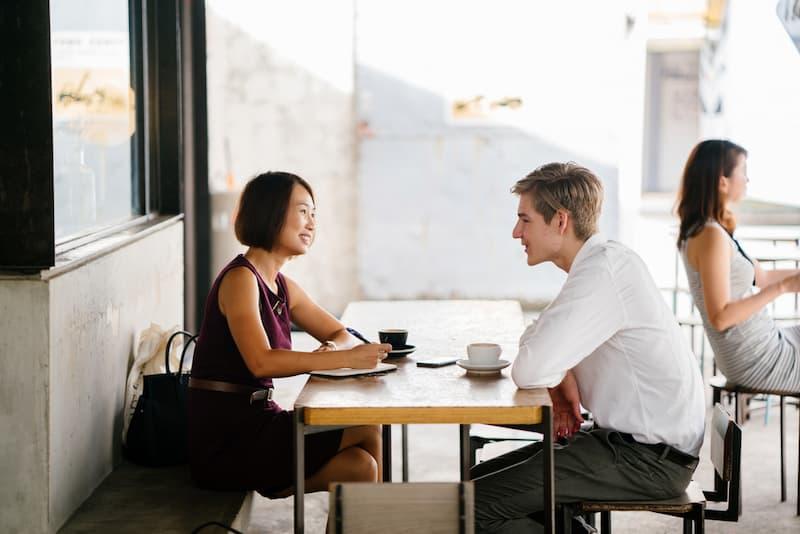 Ein Mann trifft die ehemalige Chefin, er möchte zurück zum alten Arbeitgeber