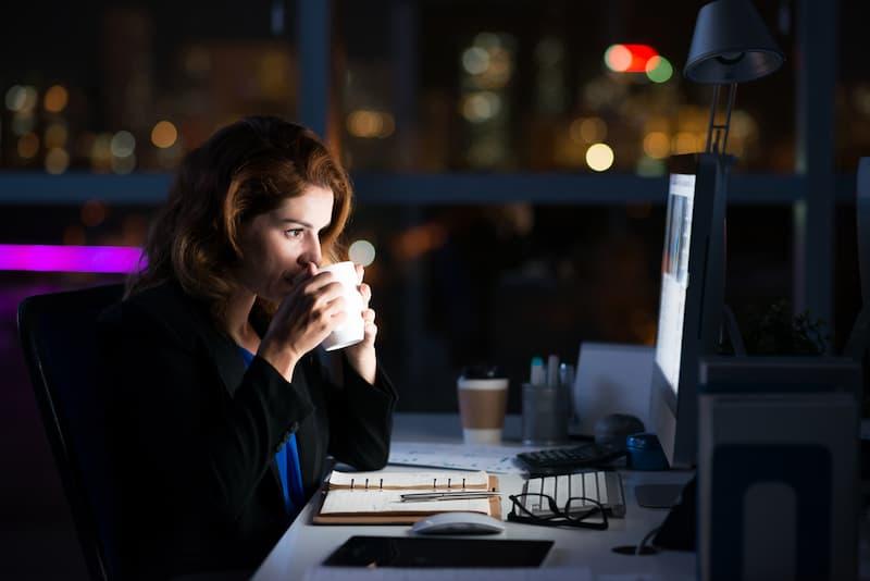 Eine Frau arbeitet auch nach Feierabend, sie erhält einen Überstundenausgleich