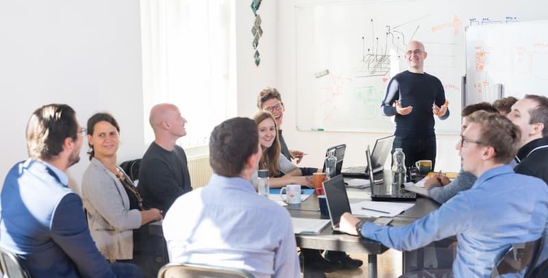Viele Mitarbeiter in einer Firma, alle haben unterschiedliche Arbeitsmodelle